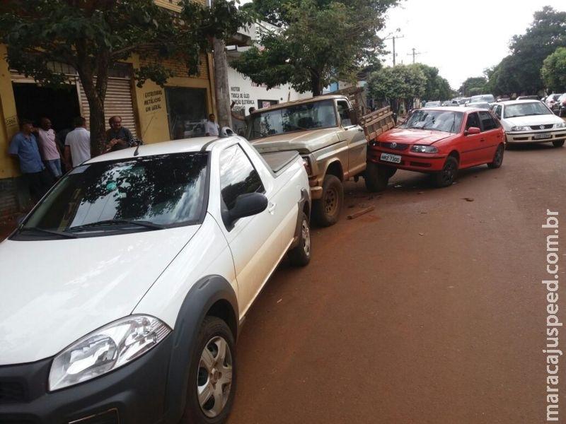 Maracaju: Condutor embriagado pega veículo emprestado de vizinho, e colide com dois veículos estacionados