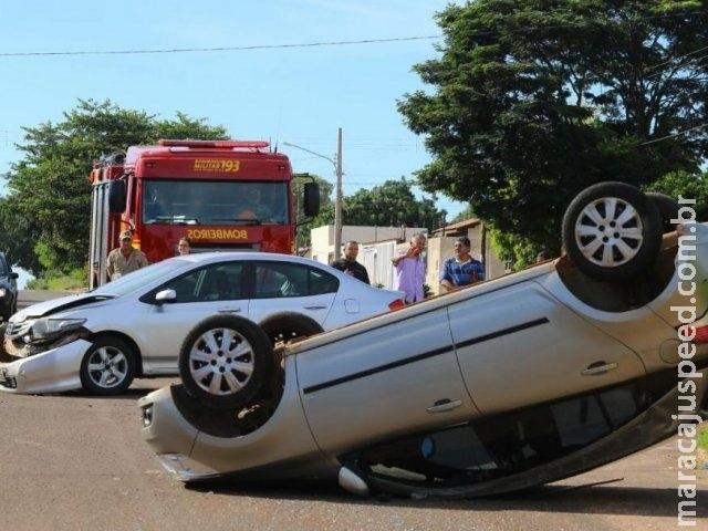 Motorista não respeita sinalização de pare e causa capotagem no Colúmbia