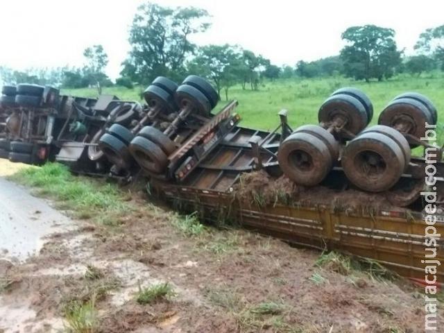 Motorista perde controle da direção e carreta carregada de soja tomba