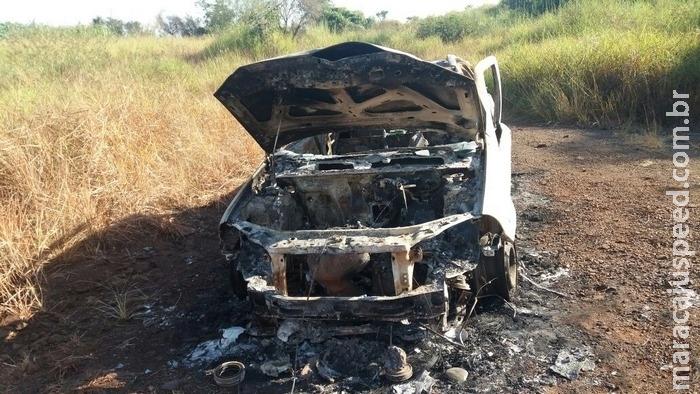 Carro é encontrado incendiado na 'pedreira' de Dourados