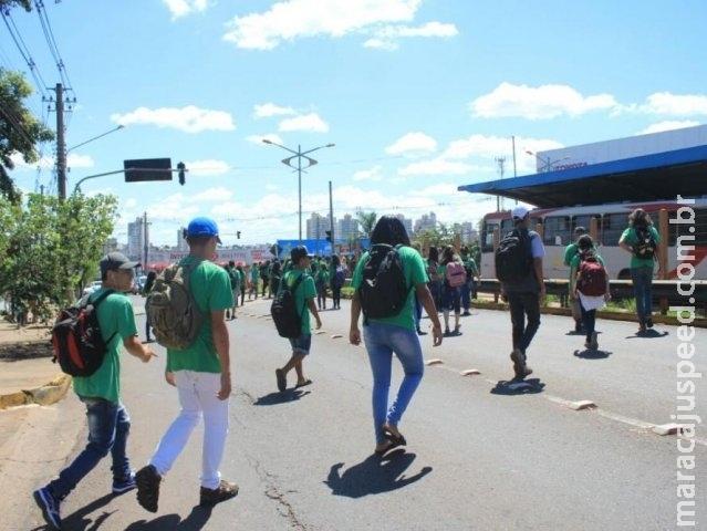 Para não perder o ônibus, estudantes disputam corrida e se arriscam na rua