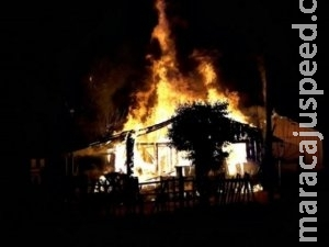 Incêndio destrói casa de madeira e suspeito é levado para delegacia
