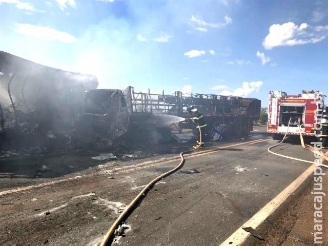 Caminhões são destruídos pelo fogo após colisão frontal na BR-267