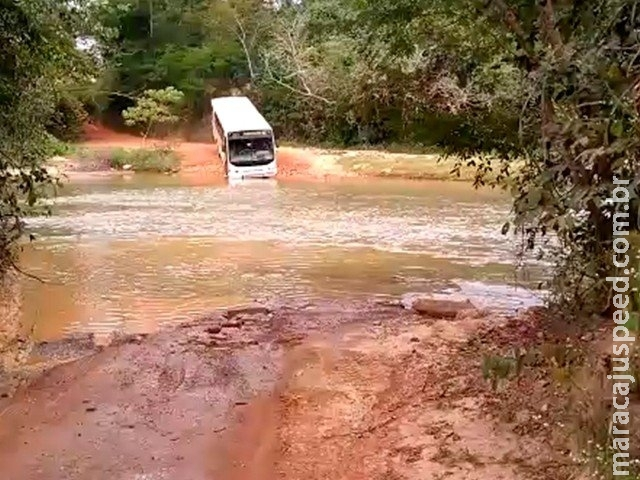 Com ponte interditada, ônibus escolar cruza córrego em Coxim