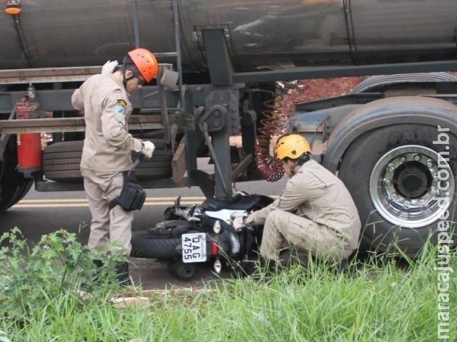 Motociclista é arrastado e fica preso de baixo de caminhão-tanque