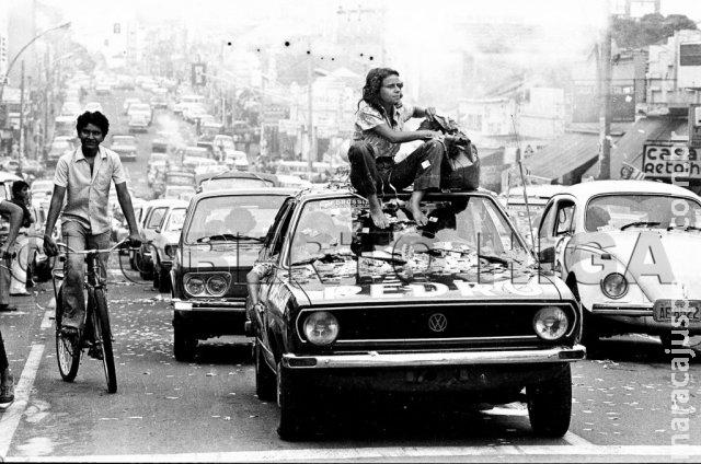 Sentada no teto de um carro, foto de 1977 marcou a história de Mariazinha