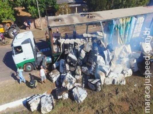 Bombeiros e até moradores ajudam a apagar incêndio em carreta de algodão