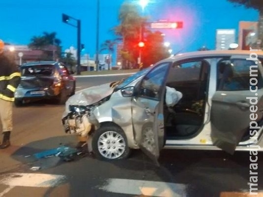 Acidente na Afonso Pena deixa um ferido e carro parcialmente destruído