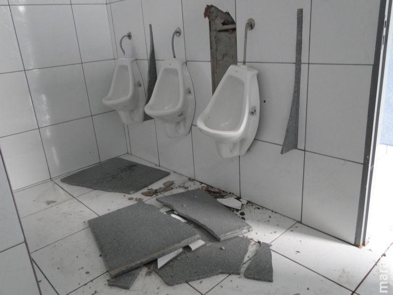 Homem destrói mármore de banheiro público na praça central de Rio Brilhante e é preso em flagrante pela PM