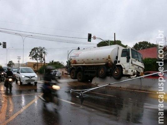 Motorista tenta evitar colisão e caminhão vai parar em cima de mureta