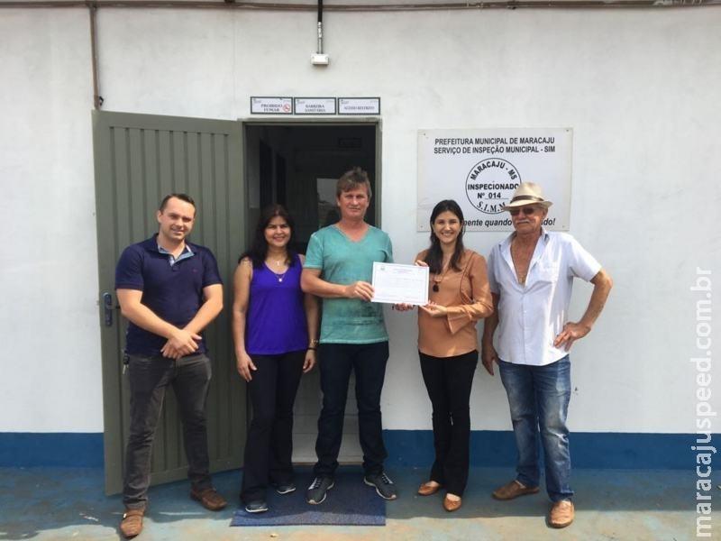 Secretária de Desenvolvimento entrega Título de Registro para entreposto de pescados em Maracaju
