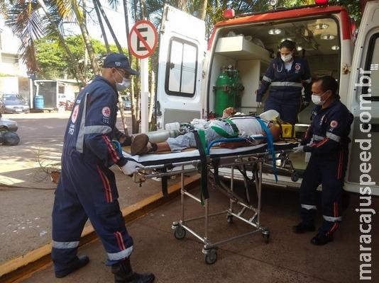Colisão entre carro e moto deixa homem em estado grave