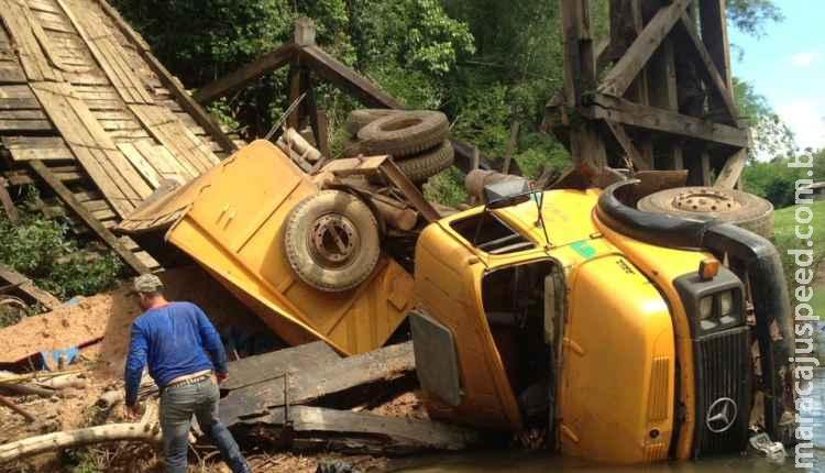 Ponte sobre rio cai com caminhão, interdita estrada e isola pousadas