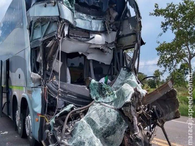 Acidente entre ônibus e carreta mata um e deixa outro preso às ferragens na BR-163
