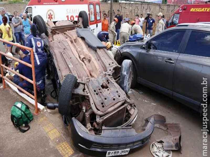 Após conversão irregular, motorista bate em carro, capota e por pouco não cai em córrego