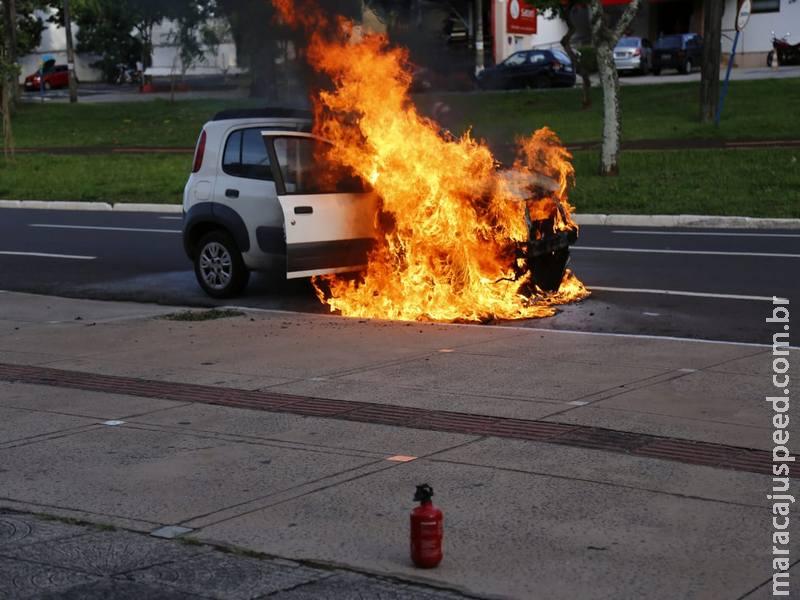 Carro fica destruído depois de pegar fogo na Afonso Pena por causa de curto circuito
