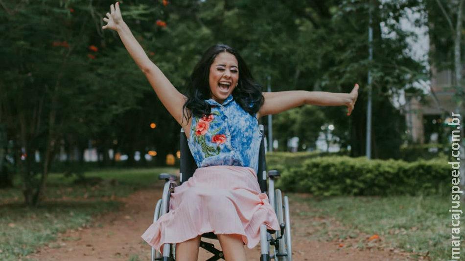 Jovem fica paraplégica ao colocar piercing e mostra sua recuperação nas redes sociais