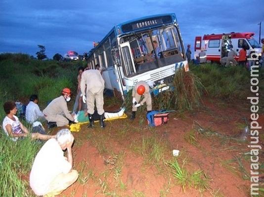 Ônibus com trabalhadores rurais cai em ribanceira em rodovia depois de pneu estourar