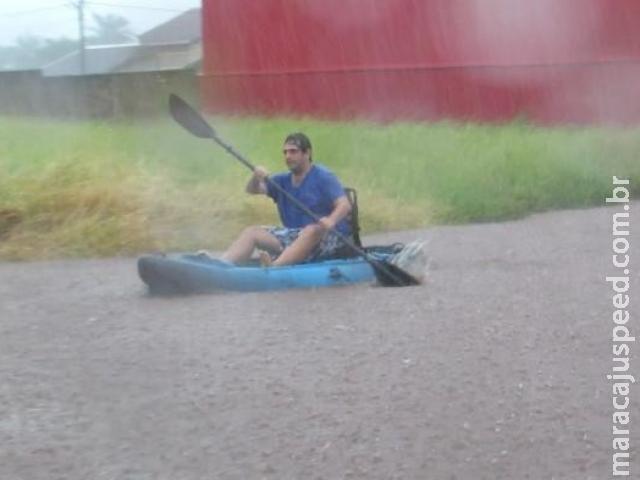 Chuva alaga ruas e moradores são flagrados andando de caiaque em cidade de MS