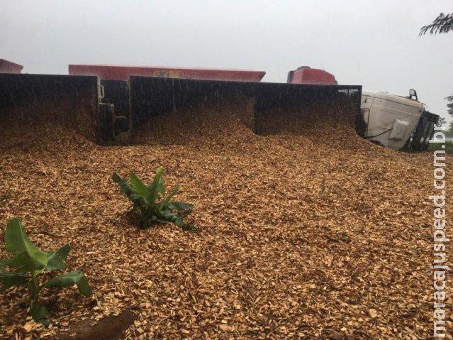 Condutor perde direção e tomba com 35 toneladas de madeira triturada