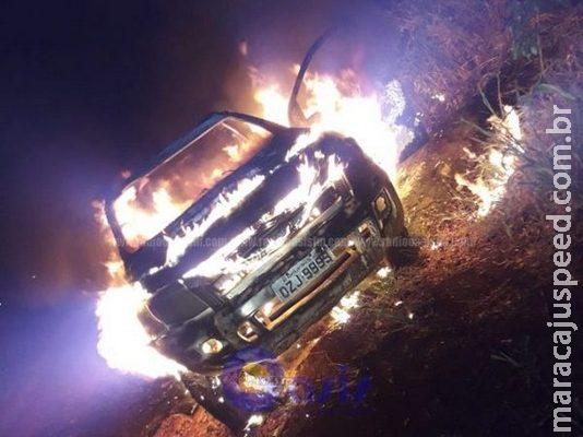 Triplo homicídio: camionete usada em execuções é encontrada incendiada na fronteira