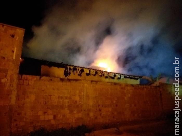 Casa pega fogo após possível vazamento em botijão de gás