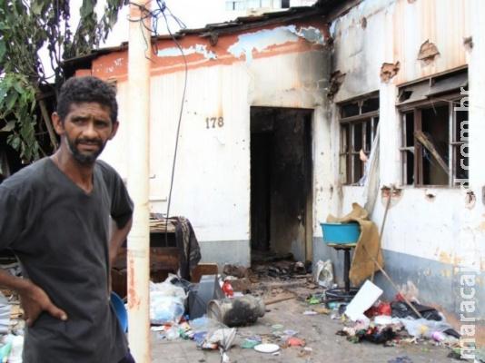 Incêndio destrói casa e vizinhos reclamam de lixo e abandono no Centro