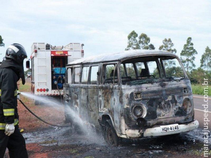 Kombi é destruída em incêndio na BR-163, em Campo Grande