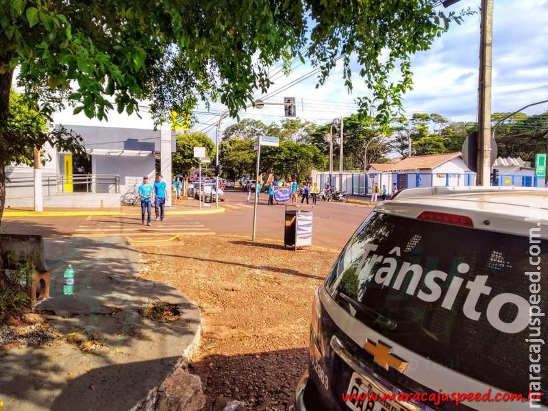 Alunos da Escola João Pedro Fernandes realizam Panfletagem do Projeto A Criança no Trânsito no Centro de Maracaju