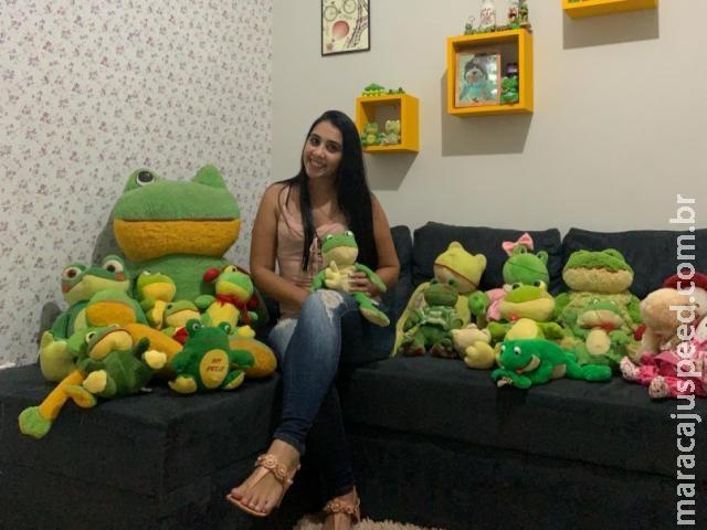 Após 12 anos fazendo coleção, Layara decide doar mais de 50 sapos de pelúcia