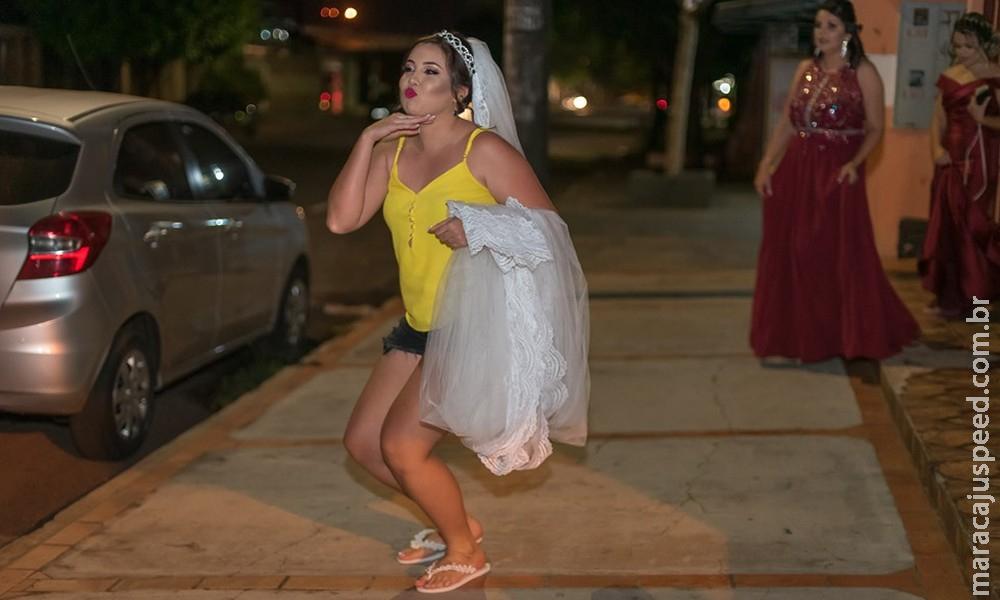 Casal se diverte ao lado de amigos de infância em fotos de casamento em MS: