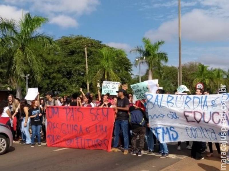 Estudantes interditam avenida em Três Lagoas em ato contra cortes de verba