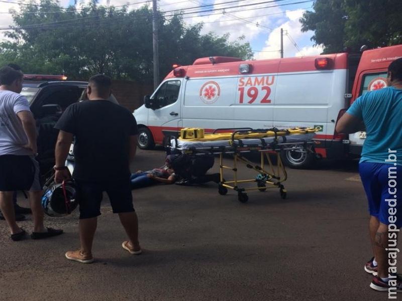 Motoqueira é atingida por carro, cai e desmaia no Joquei Club