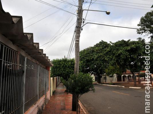 Poste torto e de madeira prejudica moradores do Vila Alba