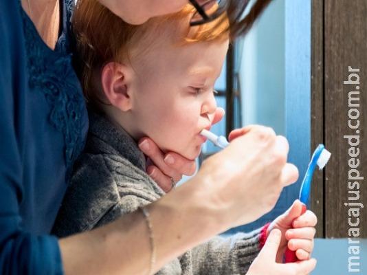 Saiba qual a quantidade ideal de pasta de dente ideal para os bebês