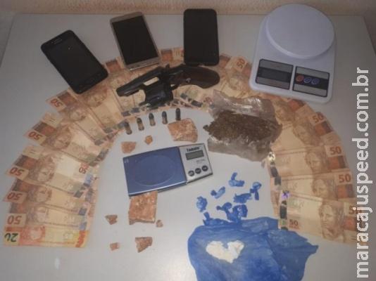 Trio é preso com drogas, arma e dinheiro em residência usada para o tráfico