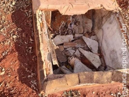Túmulo desmorona e restos mortais ficam à mostra em cemitério