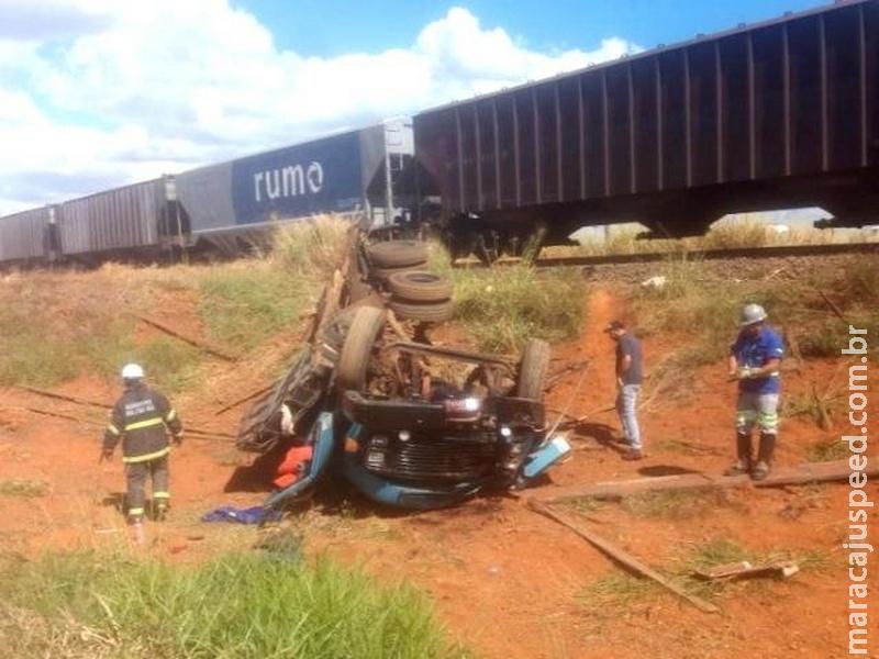 Caminhão é atingido por trem, fica destruído, mas motorista sobrevive