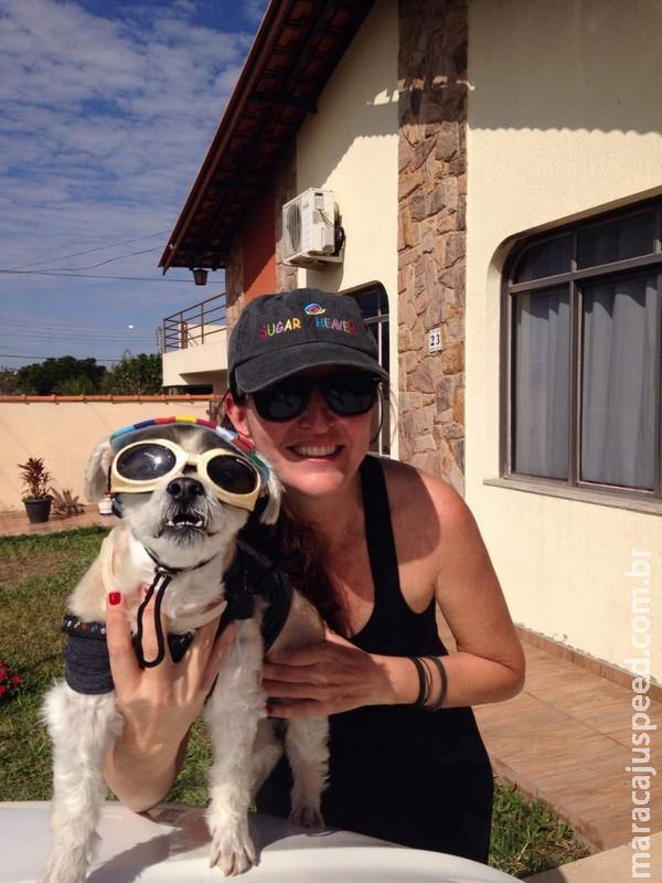 Mulher combate doença degenerativa ao lado de cachorro que ficou famoso no Instagram: