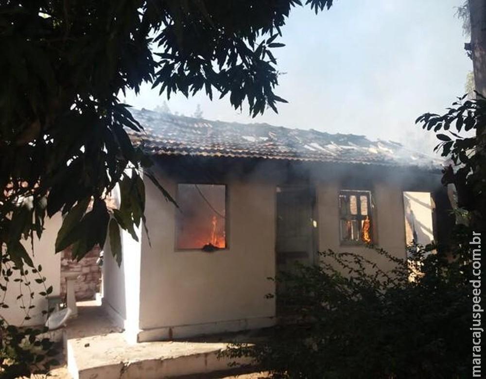 Idoso de 81 anos incendeia casa após usar tocha de fogo para espantar insetos em MS