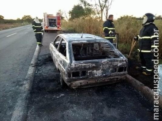 Veículo carregado com maconha é encontrado em chamas na BR-267