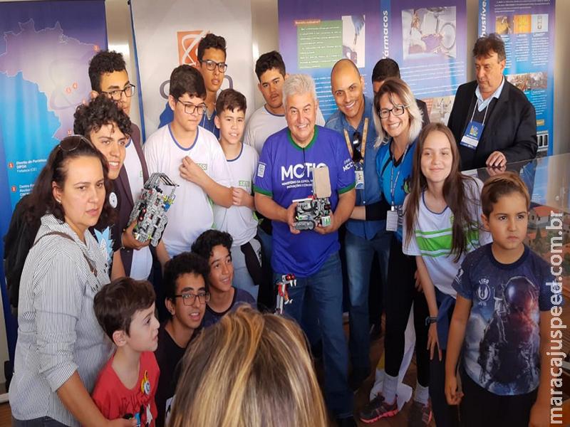 Astronauta Marcos Pontes inspira time de robótica da Escola do Sesi para seguir com pesquisas científicas
