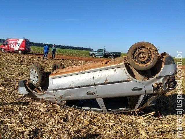 Motorista perde controle de carro em curva e capota na MS-306