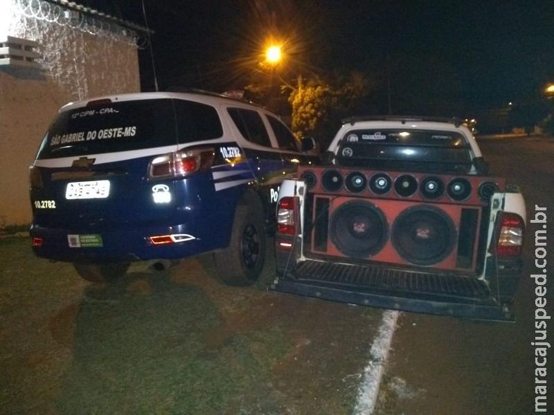 Policiais apreendem veículo e autuam jovem de 19 anos em R$ 5 mil por poluição sonora