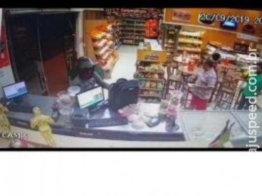 Bandido assalta duas padarias de um mesmo bairro durante a noite