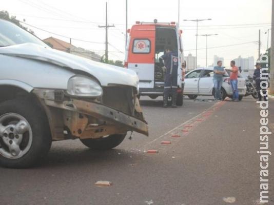 Grávida de 9 meses é socorrida após colisão entre carros em cruzamento