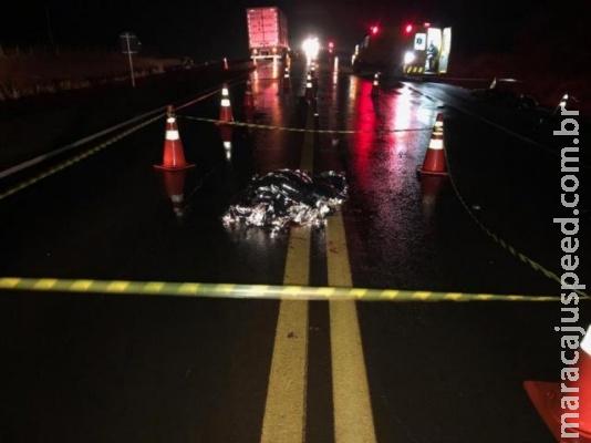 Motociclista de 19 anos bate em carreta e morre na BR-163