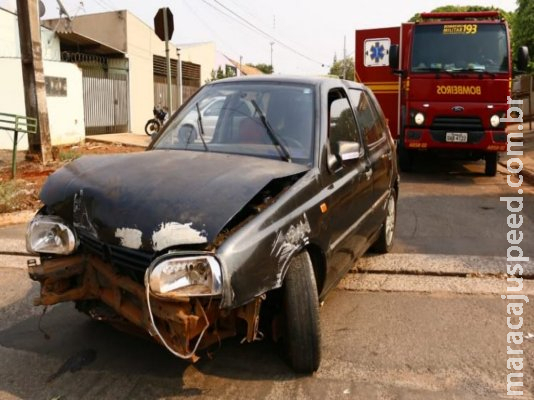 Motorista perde controle de carro e atinge muro de residência