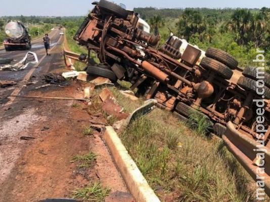 Cinco pessoas ficam feridas em acidente envolvendo três caminhões