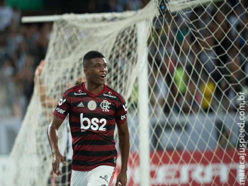Flamengo vence Botafogo e garante vantagem de 8 pontos